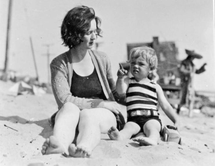 В детстве Норма Джин кочевала из одной приемной семьи в другую и зачастую подвергалась домогательствах со стороны родственников опекунов. Мама, киномонтажница Глэдис Перл Бейкер (в девичестве — Монро), не могла заботиться о девочке: сперва, потому что зарабатывала деньги на дом в Лос-Анджелесе, потом — из-за поставленного диагноза — шизофрении