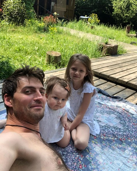 Актер на отдыхе с дочками
