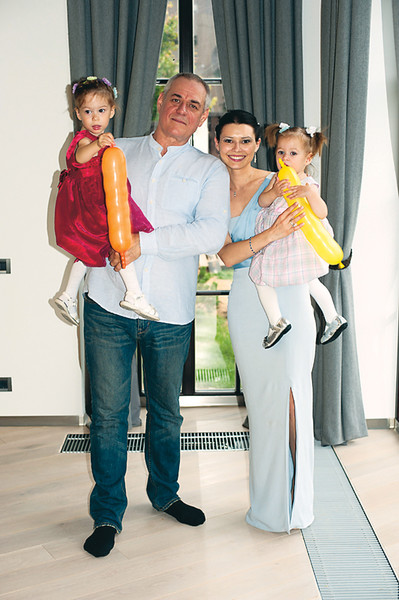 От второго брака с журналисткой Юлией Доренко воспитывал двух дочерей — Варю и Веру