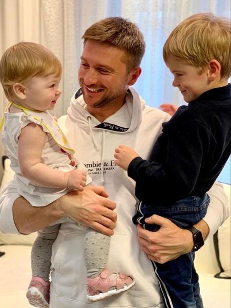 Сергей много времени проводит с детьми