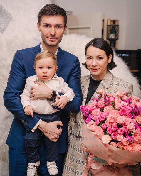 Несмотря на развод, Ида и Алан продолжают вместе воспитывать сына Леона