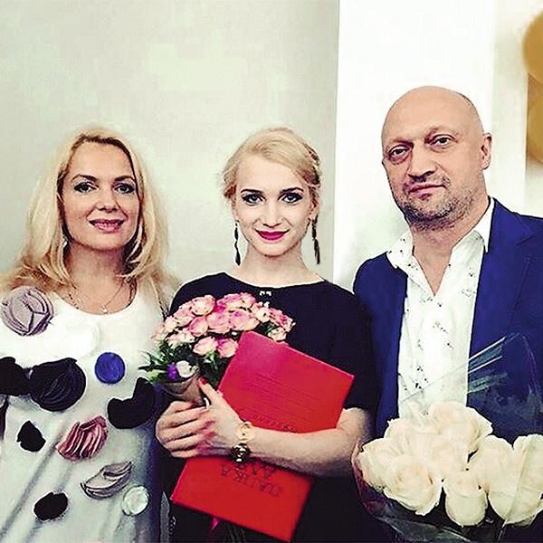 Полина на выпускном с мамой и папой
