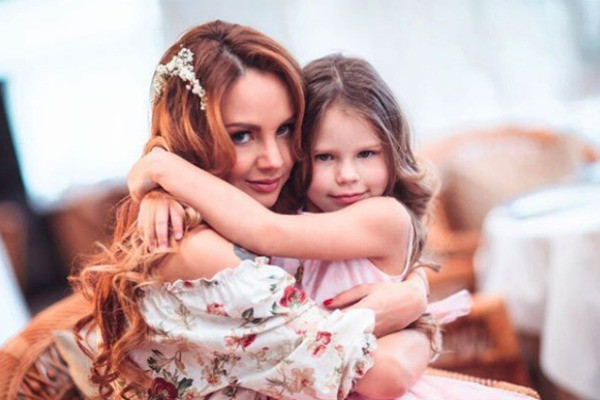 Певица с дочерью Александрой