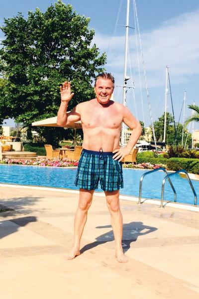 Каждое утро певец полчаса плавает в бассейне