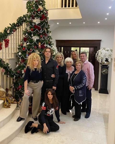 Алла Пугачева встретила рождество с семьей Дотсман