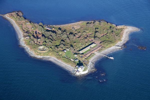 Особняк расположен на небольшом острове