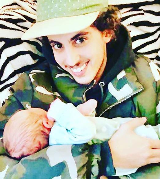 Сын актрисы с новорожденной дочерью Флорой
