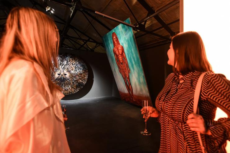 Ева Польна поддержала Сашу Купаляна на открытии выставки «Адамовым детям»