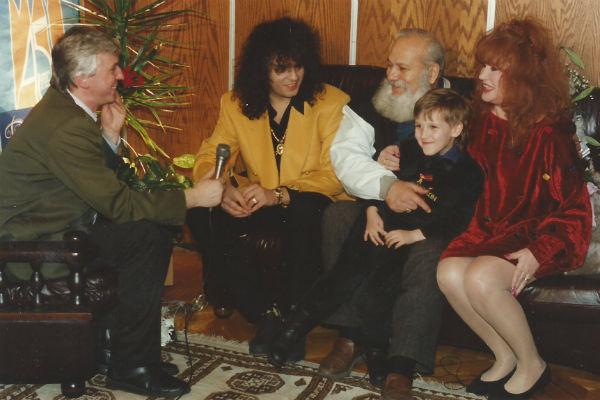Михаил Садчиков, Филипп Киркоров, Бедрос Киркоров, Алла Пугачева и маленький Миша во время съемок программы о Филиппе. 1993 год.