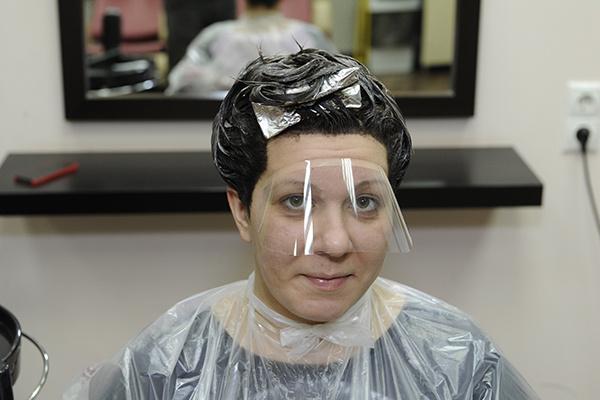 У девушки прекрасные волосы, даже краска и утюжок им не повредят