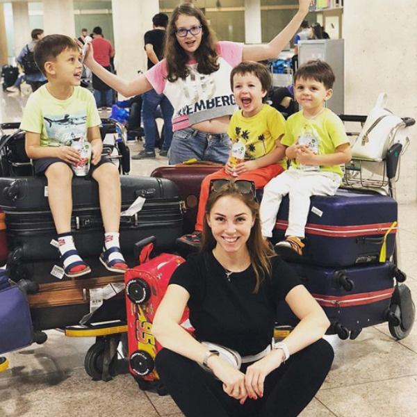Полина прилетела с детьми в Испанию