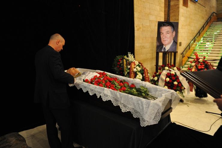 Актера похоронили рядом с погибшими сыновьями