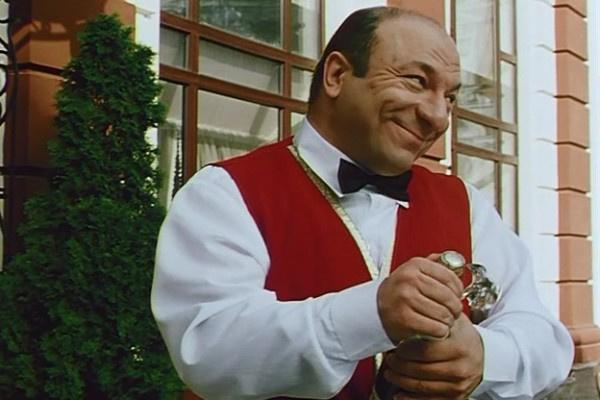 Михаил Богдасаров часто играл официантов в эпизодах