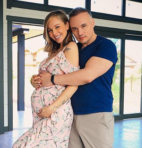 Беременная Анастасия Лисова с мужем обустраивает особняк — фото