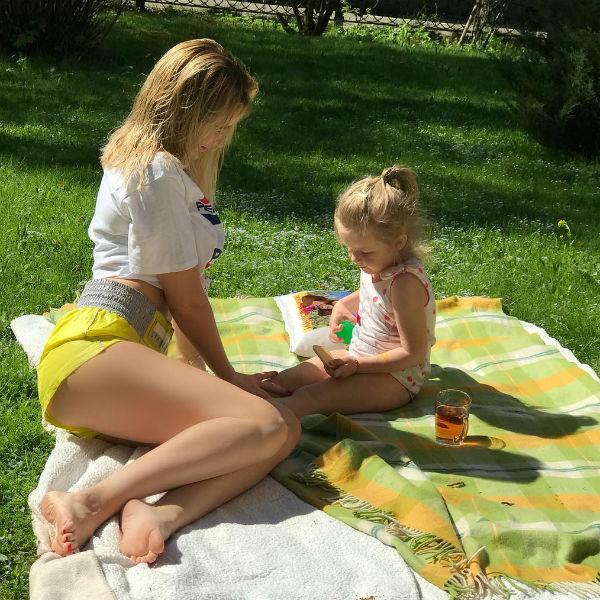 Елена проводит все свободное время с детьми