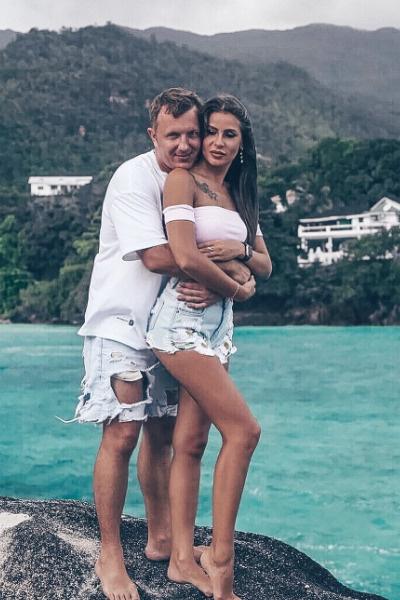 Илья нежно обнимает Настю и уверяет, что их связывает только дружба