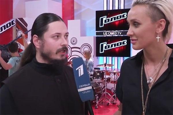 После выступления Иеромонах Фотий дал интервью участнице третьего сезона шоу «Голос» Ксане Сергеенко
