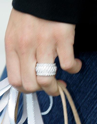 Главным поводом для слухов стало кольцо на пальце Анны, которое заметили папарацци