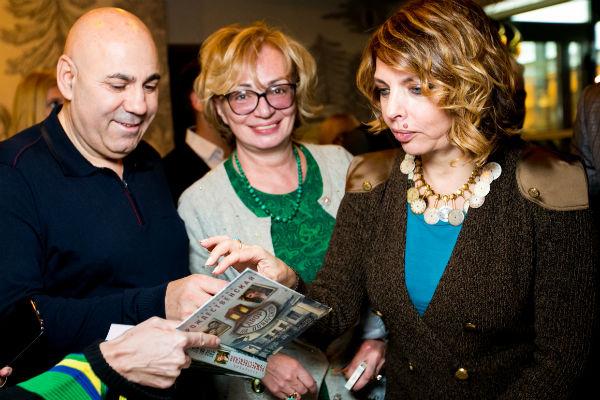 Звездные гости с удовольствием разбирали книги и просили автографы