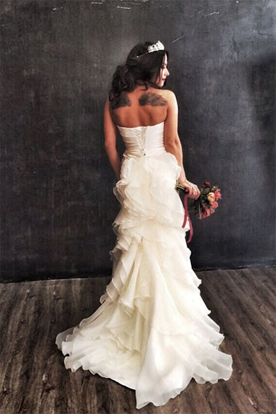 Полина Субботина чужда предрассудков и не боится позировать в свадебном платье