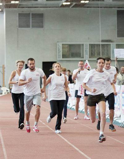 Всего участники забега должны бежать 10 кругов по 300 метров