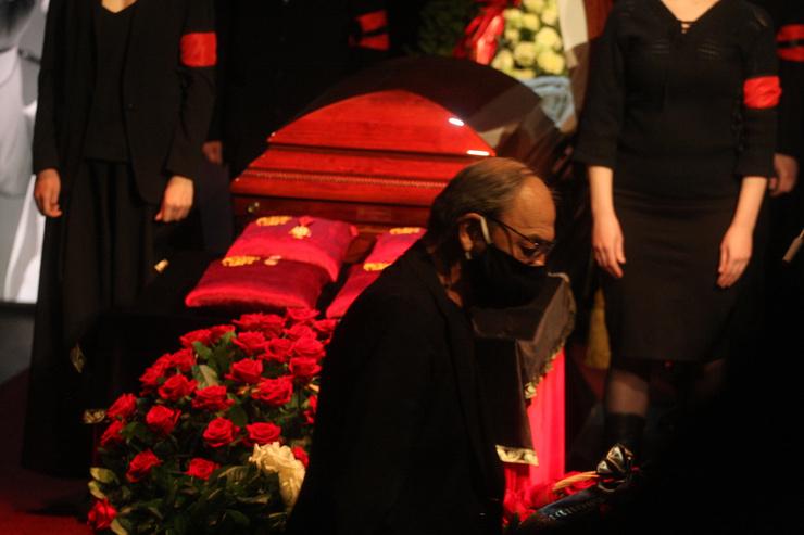 Михаил Боярский положил цветы и сразу ушел