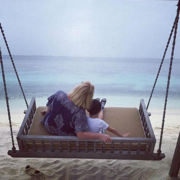 Сын и мама певицы наслаждаются красотой океана