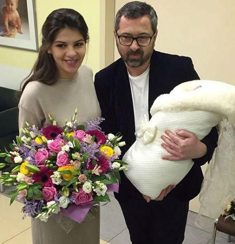 Алексей Рыжов забрал жену Ирину и дочь Лиду из роддома
