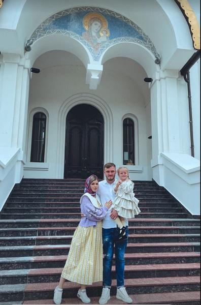 Никита Медведев с женой Натальей являются близкими друзьями Тарасова и Костенко