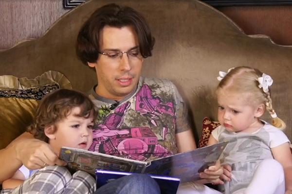 Максим Галкин с близнецами Гарри и Лизой
