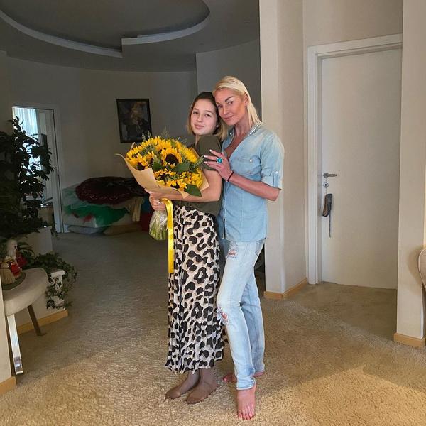 Звезда воспитывает 15-летнюю дочь Ариадну.