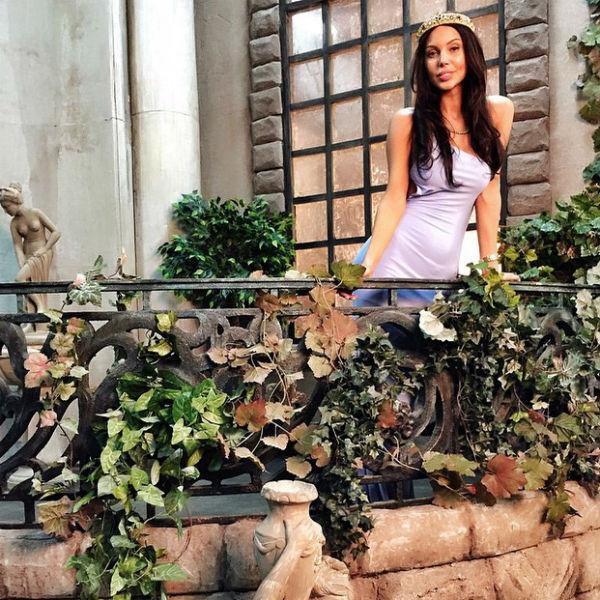 Девушка примерила новый образ для новогодней коллекции платьев собственного бренда одежды