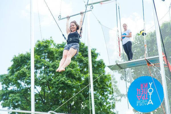 Стиль жизни: В Парке Горького открылась летняя школа воздушной гимнастики «Трапеция Yota» – фото №3