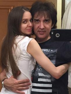 Кай Метов с возлюбленной