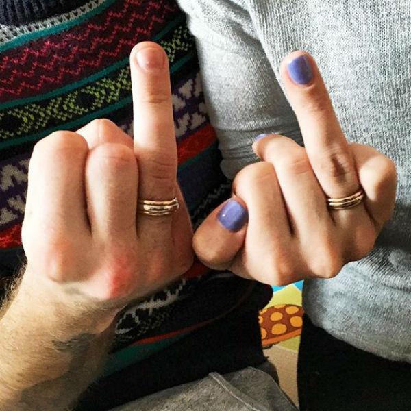 Супруги продемонстрировали обручальные кольца