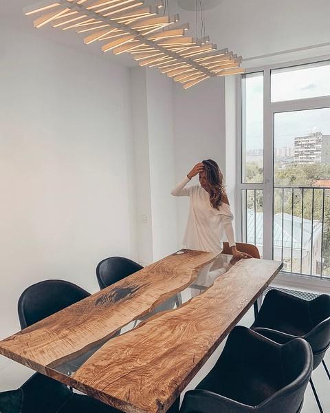 Роскошный стол на кухне