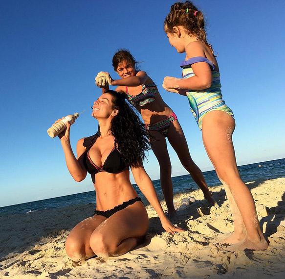 Анна Седокова с дочерьми Алиной и Моникой