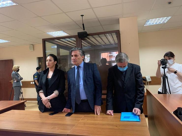 Приговор Ефремов выслушал низко опустив голову