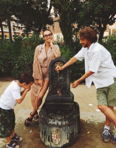 Алена Водонаева с любимыми мужчинами на улицах