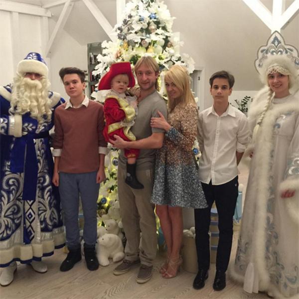 В канун Нового года Яна Рудковская показала старших сыновей Андрея и Николая, которые не очень любят позировать для фото