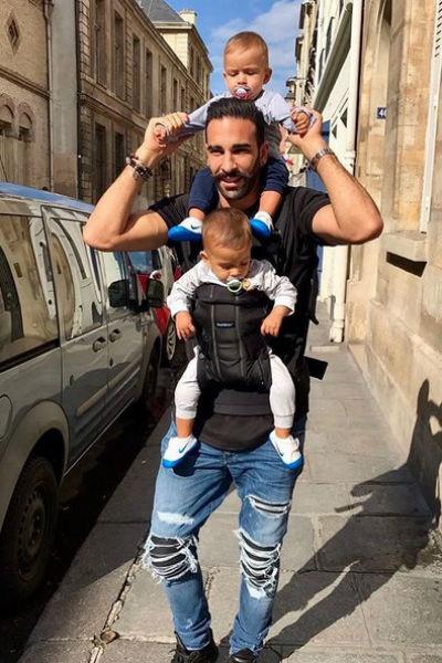 Футболист со своими сыновьями