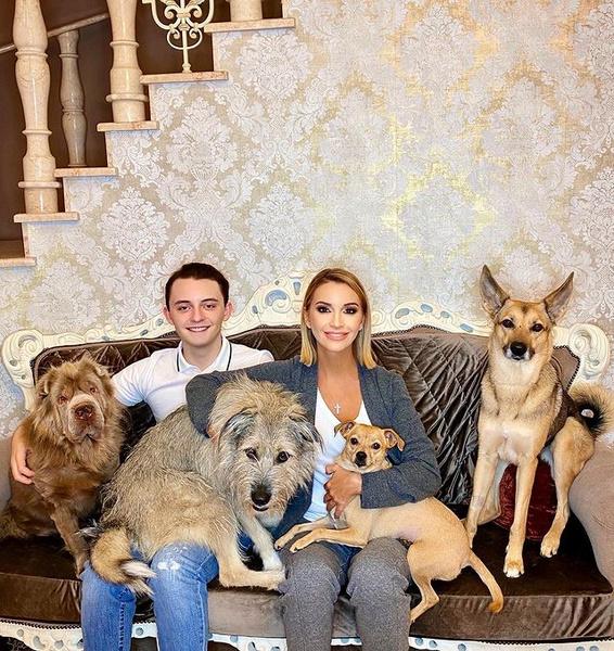Ольга с сыном и собаками