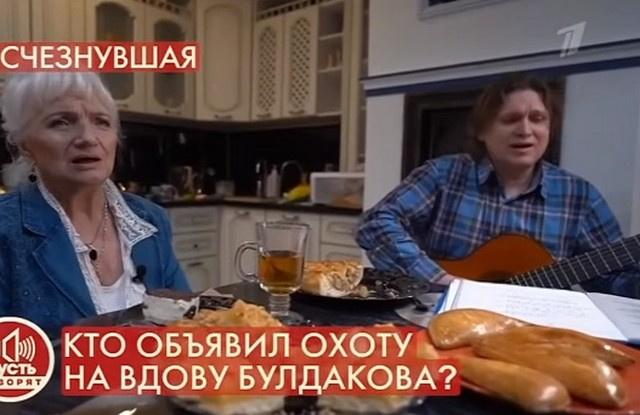 Эдуард старается помогать вдове Булдакова