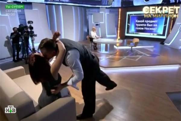 Супруги не удержались от страстного поцелуя прямо в студии