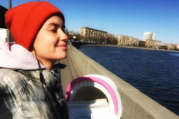 Агата Муцениеце на прогулке с дочкой
