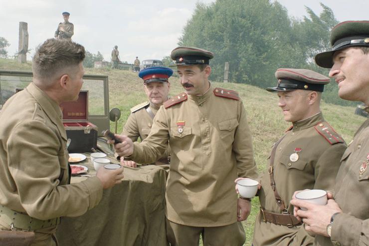 Певцова затравили за роль в комедии «На Париж!»