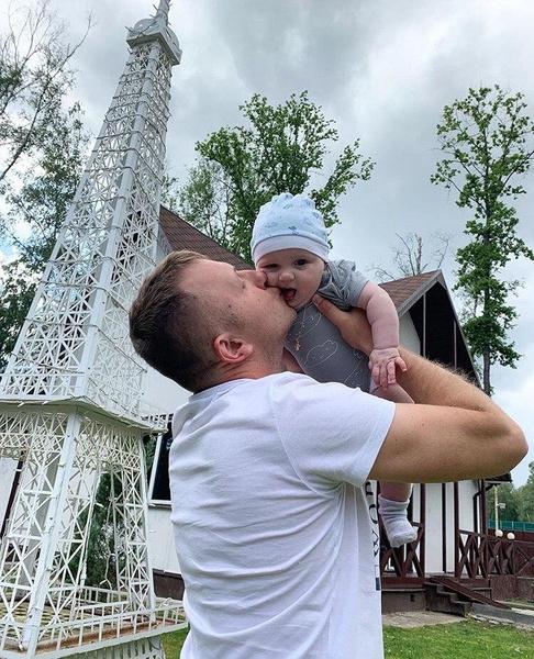 Илья старается уделять много времени ребенку