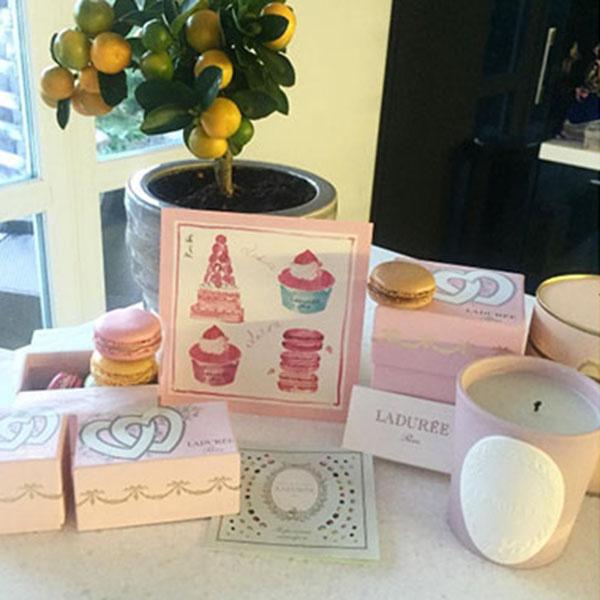 «Первые свадебные подарочки. Спасибо за вкусное и красивое утро!», - подписала будущая невеста фото
