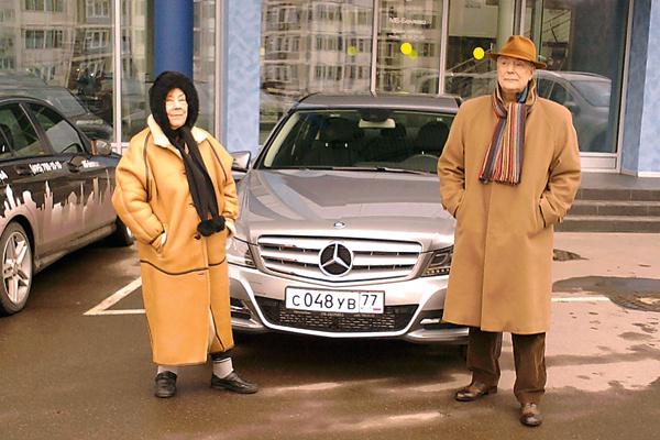 Татьяна Самойлова вместе с братом Алексеем приехали забрать из автосалона подарок Пугачевой