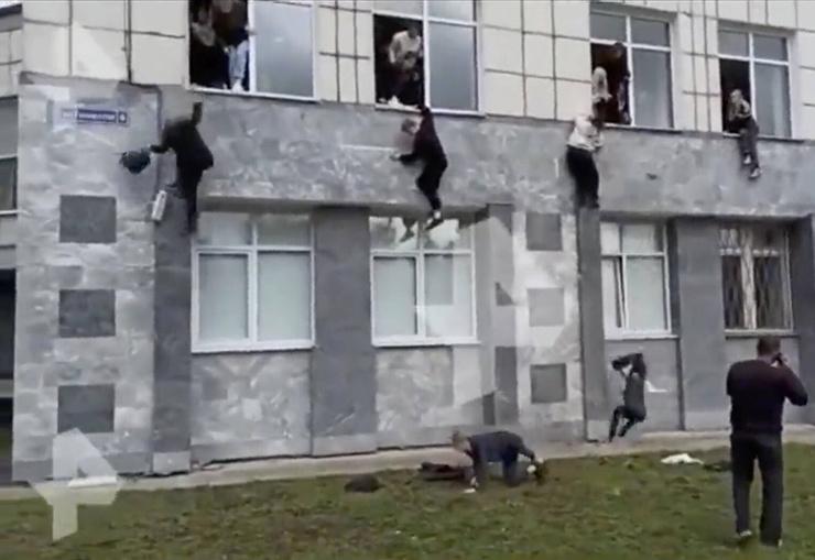 Люди пытались спастись, выпрыгивая их аудиторий